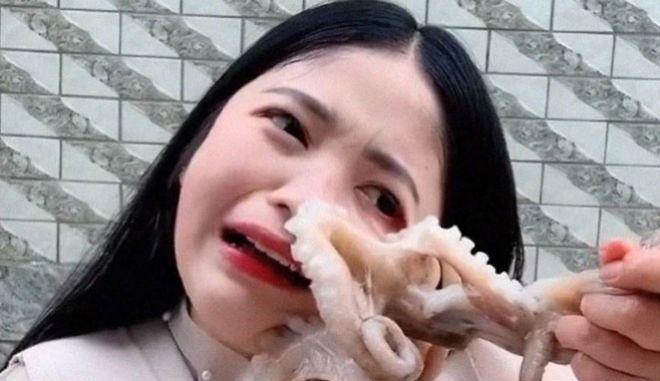 Χταπόδι επιτίθεται σε γυναίκα που ήθελε να το φάει ζωντανό! (ΒΙΝΤΕΟ)
