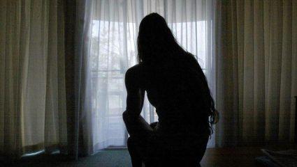 Ηλεία: Ανήλικη βιαζόταν επί τρία χρόνια από τον αδελφό και τον θείο της