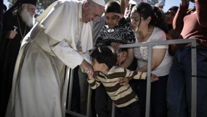 Ο Πάπας Φραγκίσκος κάνει δωρεά 100.000 ευρώ για τους πρόσφυγες στη Μόρια