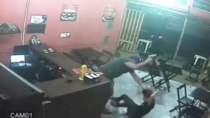 Aστυνομικός σάπισε στο ξύλο σερβιτόρα επειδή έβαλε σος στα μπέργκερ του! (ΒΙΝΤΕΟ)