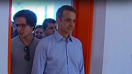 Στην κάλπη μαζί με τον γιο του ο Κ.Μητσοτάτης – Τον ρώτησε τι θα ψηφίσει (ΒΙΝΤΕΟ)