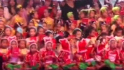 Βίντεο σοκ: Θεατρική σκηνή καταρρέει με εκατοντάδες παιδιά – Νεκρή μια 13χρονη