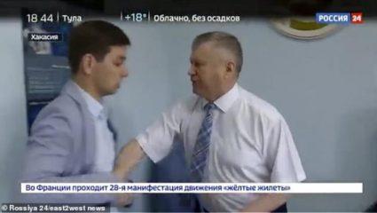 Σοκαριστικό βίντεο: Αξιωματούχος στην Ρωσία σήκωσε στον αέρα ρεπόρτερ λόγω ερωτήσεων!