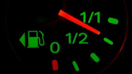 Σίγουρα δεν το ξέρεις: Σε τι χρησιμεύει το μικρό βέλος δίπλα στον μετρητή βενζίνης