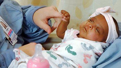 Ζύγιζε όσο ένα μήλο: Το μικρότερο νεογέννητο στον κόσμο βγήκε από το νοσοκομείο (ΒΙΝΤΕΟ)