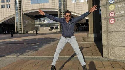 Ο Γεωργούλης χοροπηδάει έξω από το ευρωκοινοβούλιο