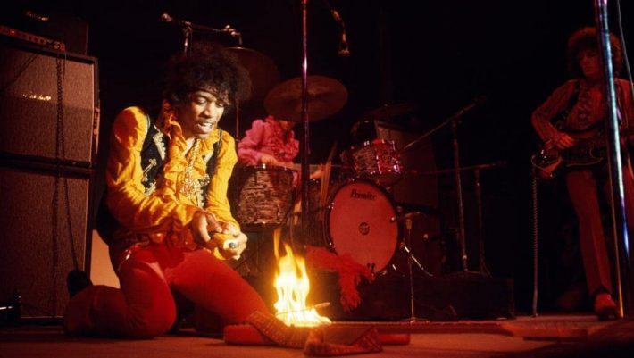 Όταν ο Τζίμι Χέντριξ έκαψε την κιθάρα του πάνω στη σκηνή - BINTEO