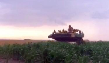 Απίστετυη γκάφα: Τανκς έχασαν τον δρόμο και... έσπειραν πανικό σε χωράφια! (ΒΙΝΤΕΟ)