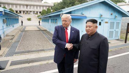 Ιστορική στιγμή: Ο Τραμπ πρώτος πρόεδρος των ΗΠΑ που επισκέπτεται την Βόρεια Κορέα