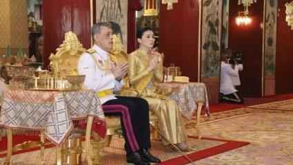 Ταϊλάνδη: Ο βασιλιάς παρουσίασε την εντυπωσιακή ερωμένη του, στη σύζυγό του