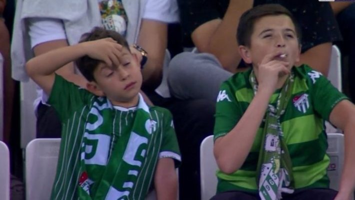 Πιτσιρίκος καπνίζει στις εξέδρες παρακολουθώντας ποδοσφαιρικό αγώνα! - ΒΙΝΤΕΟ