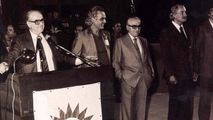 Ο Τσίπρας αντιγράφει τη διεύρυνση του παπανδρεϊκού ΠΑΣΟΚ… 20 χρόνια πριν