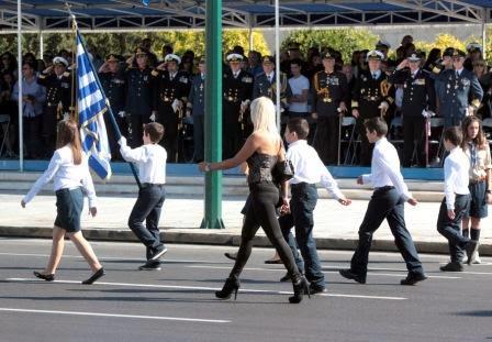 Η εντυπωσιακή ξανθιά καθηγήτρια που επισκίασε τους πάντες στην παρέλαση (Photos)
