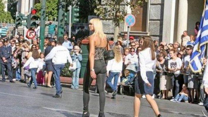 Η εντυπωσιακή ξανθιά καθηγήτρια που επισκίασε τους πάντες στην παρέλαση (Pics)