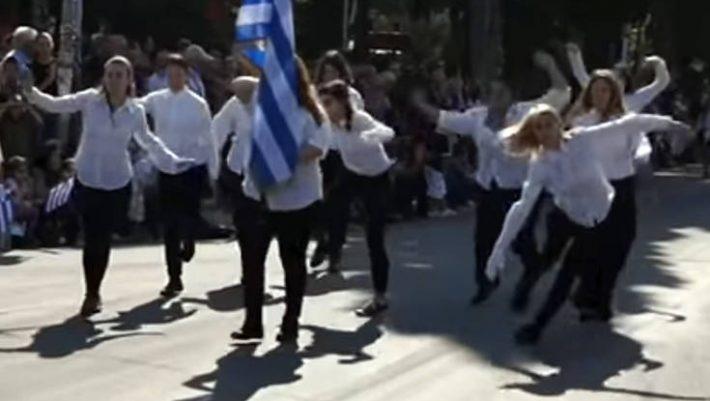 Δεν ήταν μαθήτριες: Ποιες ήταν οι κοπέλες που παρέλασαν στη Ν. Φιλαδέλφεια