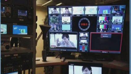 Όλα στη φόρα: Ο κάμεραμαν δίνει τα sms της παρουσιάστριας την ώρα της εκπομπής (Pic)