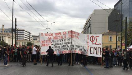 Στο πεζοδρόμιο οι μικρές διαδηλώσεις