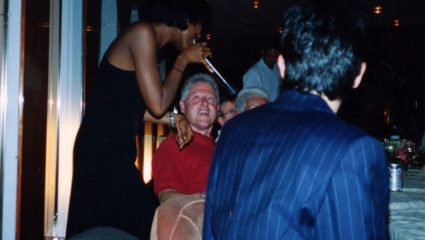 Οι… ροζ φωτογραφίες που «καίνε» τον Μπιλ Κλίντον