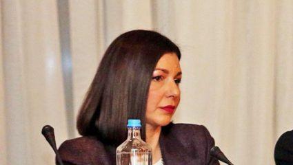 H δημοσιογράφος που ανέλαβε αναπληρώτρια κυβερνητική εκπρόσωπος