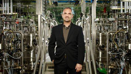 Αυτός είναι ο Έλληνας δισεκατομμυριούχος που προσπαθεί να ανακαλύψει το εμβόλιο για τον κορωνοϊό