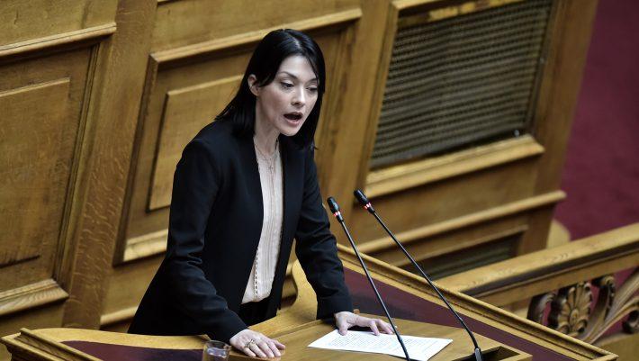 Χαμός στη Βουλή με ξεχασμένο ανοιχτό μικρόφωνο: «Τα έχει κάνει σκ#τ# - Θα γίνει χαμός, θα τη σκίσω»