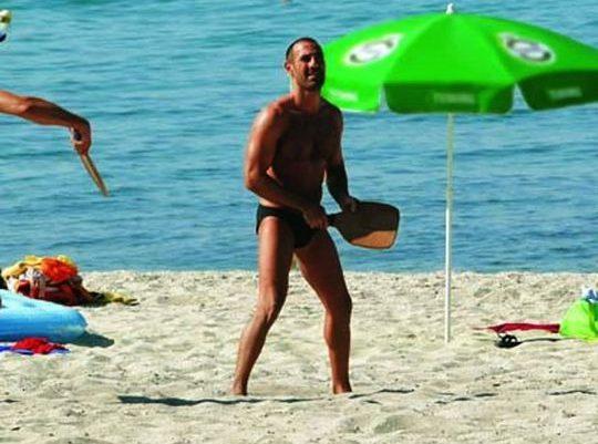 Η απόφαση- έκπληξη των λοιμωξιολόγων για τις ρακέτες στην παραλία