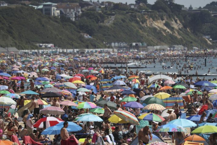 Χαμός στις παραλίες: Το δεύτερο κύμα του κορωνοϊού και οι ευθύνες των πολιτών
