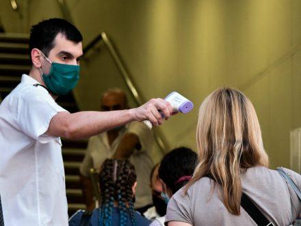 Κορωνοϊός: «Καμπανάκι» λοιμωξιολόγων μετά το νέο ρεκόρ κρουσμάτων