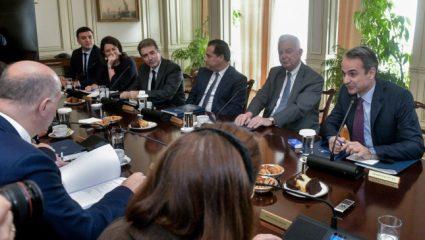Ο πρώτος Έλληνας υπουργός που μπαίνει σε ΜΕΘ από κορωνοϊό (Vid)