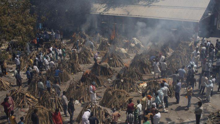 Εκτός ελέγχου η πανδημία στην Ινδία: Πασγκόσμιος τρόμος για τις νέες μεταλλάξεις που φέρνει