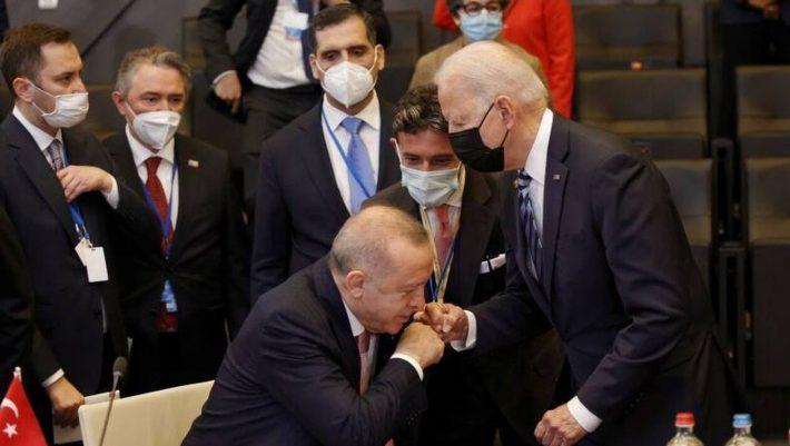 Ο... δούλος του Μπάιντεν Ερντογάν - Η απίστευτη κίνηση του Τούρκου προέδρου μόλις είδε τον Αμερικανό
