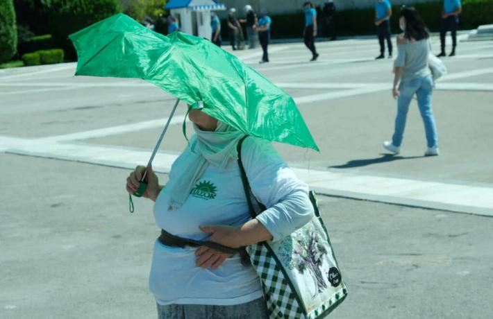 Epic: Με σημαία του ΠΑΣΟΚ πήγε στη συγκέντρωση ΚΚΕ (Pic)