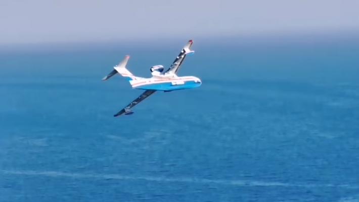 Εντυπωσιακό βίντεο: Η «βουτιά» του ρωσικού θηρίου Beriev στη θάλασσα