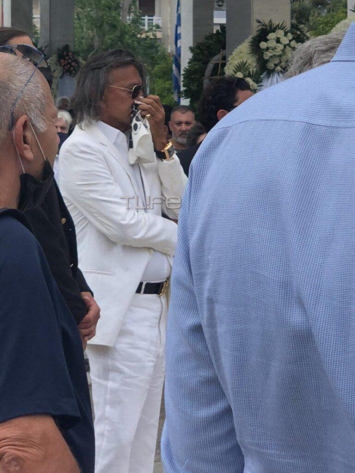Και όμως το 'πε και το 'κανε: Έτσι εμφανίστηκε στην κηδεία του Τόλη Βοσκόπουλου ο Ηλίας Ψινάκης (Pic)